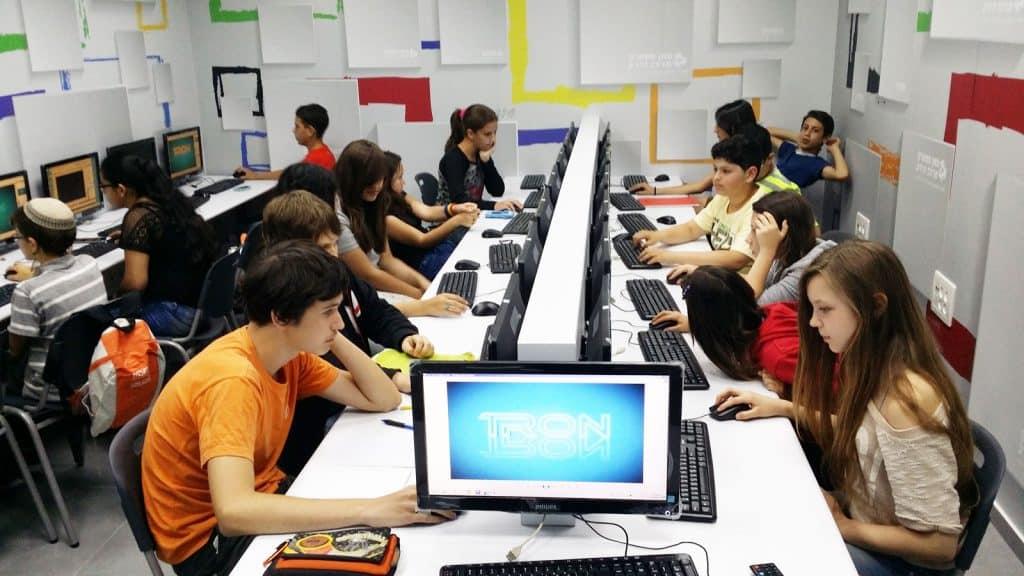 על המחשבים, הציוד והכיתות בבית הספר סאן ספארק מרכז הידע
